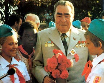 Леонид Брежнев в Артеке с пионерами